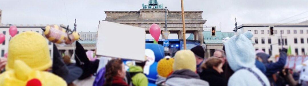 MediaAnalyzer-Studien-Consumer-Insights-3000-Deutsche-sagen-Werbern-die-Meinung-Demonstration-Brandenburger-Tor-1080x302