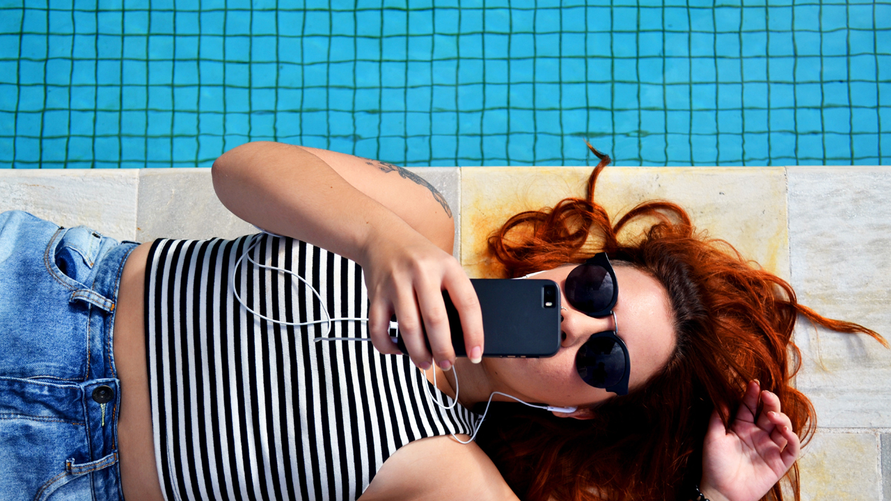 MediaAnalyzer-Studien-Mobilfunk-Spots-Mobilfunkanbieter-Werbung-Werbewirkung-Frau-Pool-Handy